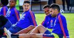James Rodríguez y Wilmar Barrios, ausentes en la práctica de ayer, entrenaron hoy con normalidad. En la imagen ambos realizan trabajos junto a Bacca y Falcao.   Tomada de AFP