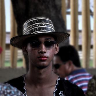 Sombrero vueltiao, labial y unas Ray Ban oscuras. | Foto: Andrés G. Borges