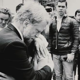 Un acto simbólico que propuso el exalcalde de Bogotá Antanas Mockus, está poniendo a pensar en el perdón a los colombianos | Facebook
