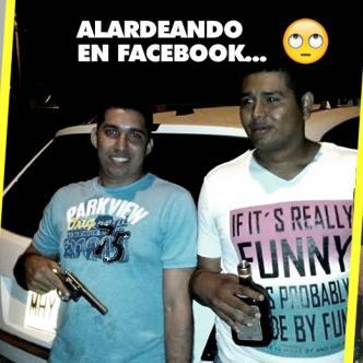 Alfredo Sanjuán colgó en su Facebook una foto alardeando con un revólver, al lado de Brayan Tuirán Cabrera, en una noche de tragos y rumba. | Facebook