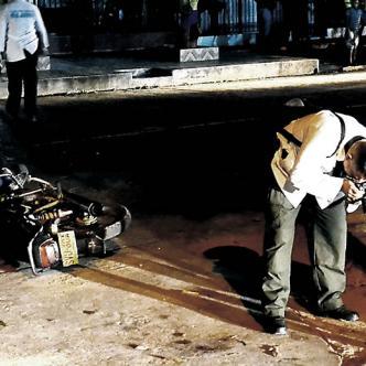 Agentes de la Sijín en el lugar del ataque a los policías. A un lado la moto de los agresores   Foto: Al día