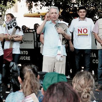 En empujones terminaron ayer los dos bandos. Álvaro Uribe estuvo en reuniones en Sincelejo. | AL DÍA