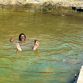'El Chapi' nada contento en la piscina que se formó en el municipio de Soledad | Foto: Andrés Rodríguez