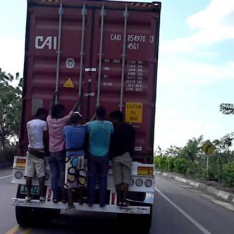 De esta manera es en la muchos jóvenes desafían la muerte viajando como polizones en las vías del país.