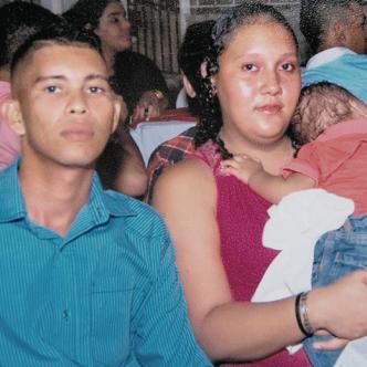 Orlando Alberto De la Hoz De la Hoz, de 30 años, en compañía de su mujer Andreína Margarita Michelene, de 25, quien lo quemó con agua hiriviente.   Foto: Archivo