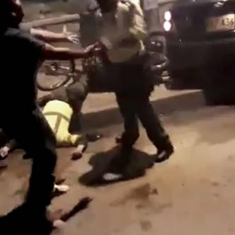 Tres policías y un civil a quien le practicaban una requisa resultaron heridos a las 2:45 de la madrugada | Captura de pantalla