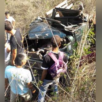 El grave accidente registrado ayer en Media Luna dejó como saldo dos personas muertas y 13 personas más heridas.