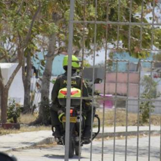 Patrulla de la Policía inspecciona la zona de los hechos. Rafael Polo