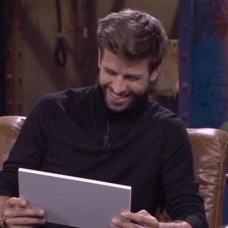 Piqué leyendo el 'tweet' de Shakira.