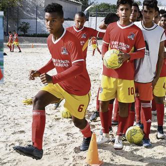 Entrenamientos de la Academia Henry Peralta en la cancha de fútbol de Villa Estadio en Soledad.  Josefina Villarreal
