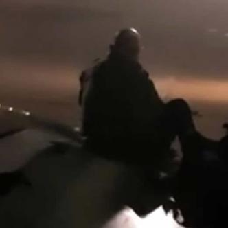 En las imágenes publicadas en su cuenta de Facebook, se ve a un hombre que camina sobre el ala y se coloca su mochila en la espalda antes de sentarse   AFP
