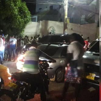 Amigos y familiares de William Carrillo esperaban a las afueras de la clínica la entrega del cadáver.