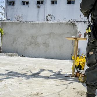 Un policía ayer en el espacio donde estallaron las bombas el pasado 27 de enero.   Al Día