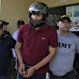 Con casco de motociclista fue llevado ayer a la audiencia. | Al Día