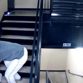 La grabación muestra como el jardinero izquierdo, quien fue contratado por el Barnstormers de Lancaster, arrastró a la joven, la insultó y la golpeó en repetidas ocasiones cuando iban bajando las escaleras | Captura de video