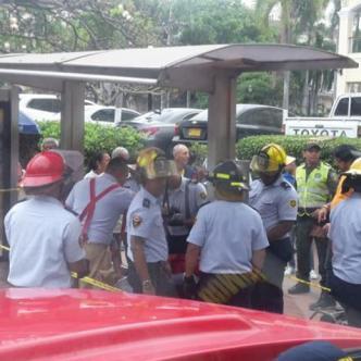 Momento en que los bomberos trataban de liberar el dedo del niño que había quedado atrapado en la banca. | Cortesía