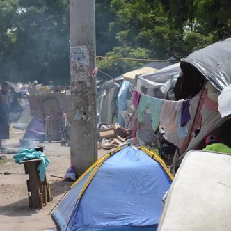 Aspecto de los cambuches, refugio de venezolanos en la Terminal de Transportes. | Al Día