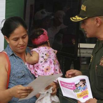 General Mariano Botero Coy con la gente al frente de la jornada de concientización.