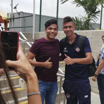 Víctor Cantillo fue asediado ayer por los seguidores de Junior que se encargaron de darle la bienvenida al equipo tras el empate del sábado ante Santa Fe en Bogotá.