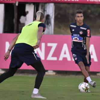 Cantillo domina el balón ante la marca de Michael Rangel en un entrenamiento de Junior.