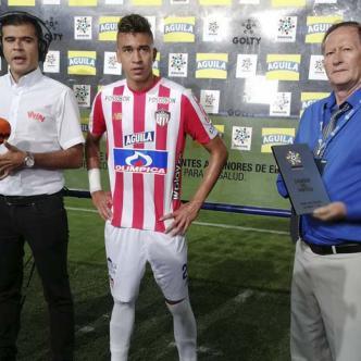Víctor Cantillo (centro) cuando recibía anoche el premio al mejor jugador de la cancha en la victoria 2-1 ante Tolima en el Manuel Murillo Toro de Ibagué.