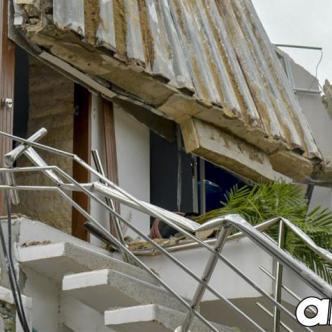 Parte de techo de la vivienda se desplomó