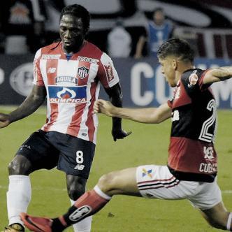 Gustavo Cuéllar intenta cerrar a Yimmi Chará en un pasaje del partido de anoche | AFP