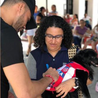 Chunga firma la camiseta de la perrita Soledad Libertad. | Cortesía