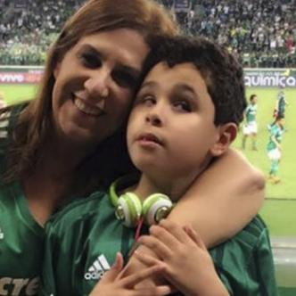 Silvia Grecco y su hijo Nickollas, de 12 años, se han convertido en figuras del Palmeiras. | AFP