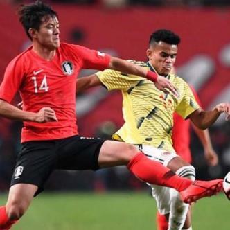El guajiro Luis Díaz disputa el balón con el coreano Hong Chul. | AFP