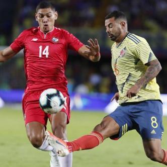Falcao encara a un defensor panameño durante el triunfo 3-0 de Colombia ayer sobre Panamá en El Campín.