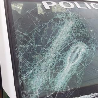El vidrio panorámico de la patrulla resultó afectado.   AL DÍA