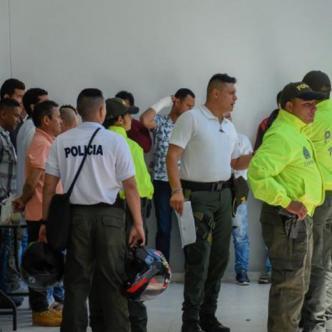 Uniformados de la Policía custodian a los capturados en la entrada de la URI de la Fiscalía.   Al Día