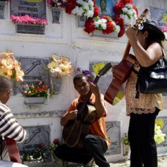 En Barranquilla los familiares de los difuntos aprovechan este día para recordarlos y hasta le tocan su música favorita