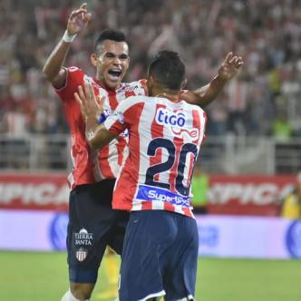 Luis Díaz celebra con Marlon Piedrahíta uno de los goles conseguidos ante Huila. | Al Día