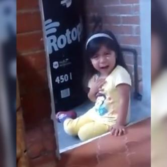 """La niña comenzó a llorar, a agarrarse el pecho e indignada le decía: """"tú no tienes por qué castigarme""""    Captura de pantalla"""