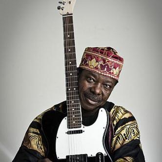 King Sunny Adé, es un guitarrista y cantante que tiene 72 años.