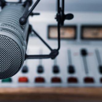 Por estos micrófonos se escuchan las voces encargadas de cerrar un año y darle inicio a otro. | Shutterstock