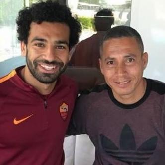 Mohamed Salah junto al entrenador colombiano Jaime Pabón.
