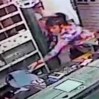 La policía la vinculó luego a la expolicía con otros tres robos similares que se habían perpetrado en los últimos días. | Captura de video