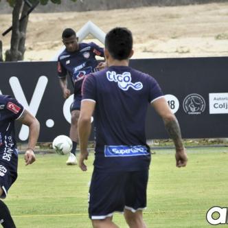Sambueza (izq.) domina el balón durante el entrenamiento de Junior en Adelita de Char.