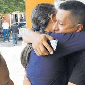 Familiares y amigos dan el pésame en Sabanalarga. | Al Día