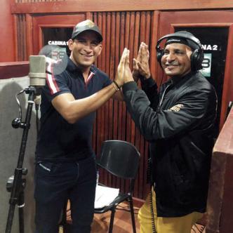 En los estudios de Rolando Ochoa en Valledupar se grabó el tema 'El corral de Piedra' que cantan a dúo Farid Ortiz (derecha) y su hijo Farid Leonardo.
