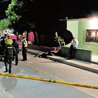 Carlos Ariza (señalado) murió en el lugar de los hechos tras ser impactado en la frente.   AL DÍA