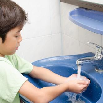 A los niños hay que enseñarlos desde el hogar a lavarse las manos con frecuencia.