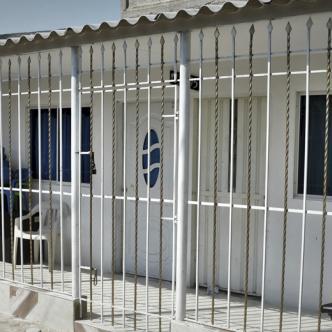 En esta casa ubicada en el barrio Nuevo Milenio, en Soledad, ocurrieron los hechos. Juan Carlos Arrieta Trujillo, asesinado (recuadro).   AL DÍA