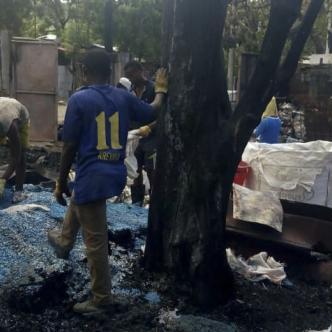 Un incendio registrado a las tres de la mañana del ayer, acabó con una fabrica de plástico ubicada en el barrio Henequen. La conflagración afectó a cuatro viviendas de la zona.