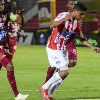 Acción del tanto del triunfo Rojiblanco, convertido por el delantero samario Luis Carlos Ruiz.   Johnny Hoyos