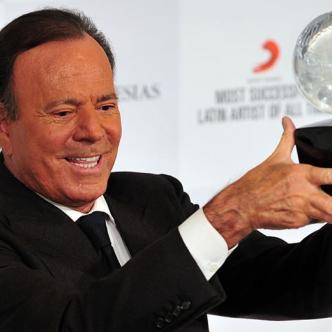 Recibió de Sony el premio como el artista latino más vendedor.