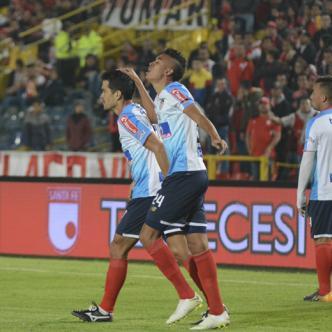 Víctor Cantillo (der.) celebra el primer tanto de Junior. A su lado, Sebastián Hernández.